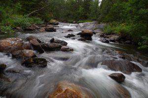 Das Bild zeigt einen reißenden Bach im Jämtland.