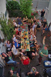 Die Teilnehmer des Sommerfests 2016 im neu gestalteten Innenhof