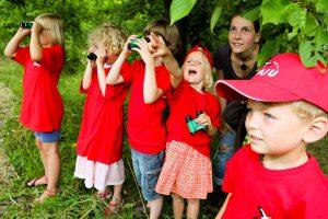 Eine Kindergruppe auf Entdeckungstour