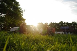 Diskussion bei Sonnenuntergang