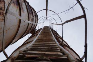 An einem Silo hoch die Leiter