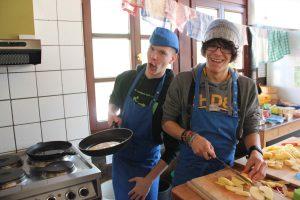 Samuel und Jerame in der Küche