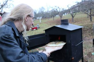 Im Holzofen werden Flammkuchen gebacken