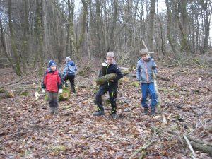 Kinder sammeln Holz für ein Lagerfeuer