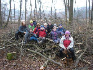Kinder und Eltern auf einem großen Berg Äste