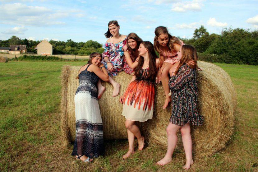 Bezaubernd 6 Freundinnen auf und vor Strohballen