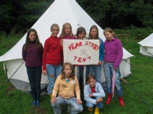 """Gruppenbild vom """"Fear Street Tent"""" auf einem Mädchen erleben Natur"""