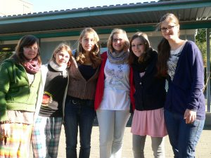 sechs Freundinnen in der Sonne