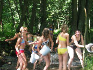 Wasserschlacht im Wald