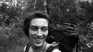 Kieran ganz glücklich im Wald