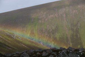 Regenbogen an Bergkante