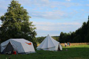 Zelte auf einer Wiese