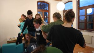 Jugendliche bei Sortierspiel auf Polsterwürfeln