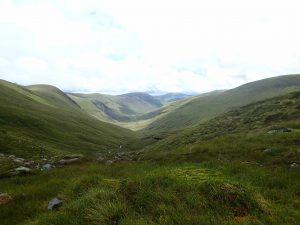 Der Blick in en wunderschönes grünes und sanftes Tal