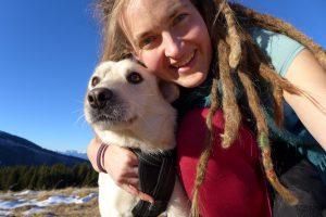 Glücklich mit dem Hund mitten in der Natur