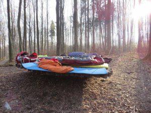 Matratzenlager im Wald, auf der lindenblatt Schaukel